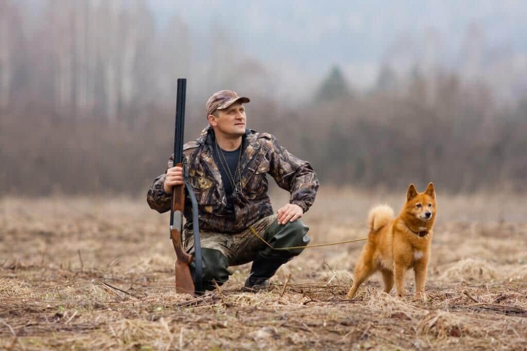 Jäger mit Hund auf Entenjagd